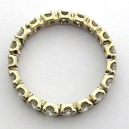 Prix de cette alliance de mariage en or gris et diamants : 1800 €